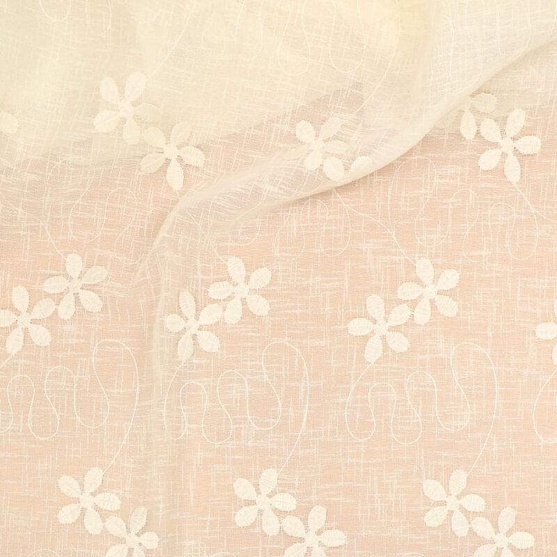 Offwhite m. blomster og tungekant langs ægkanter -