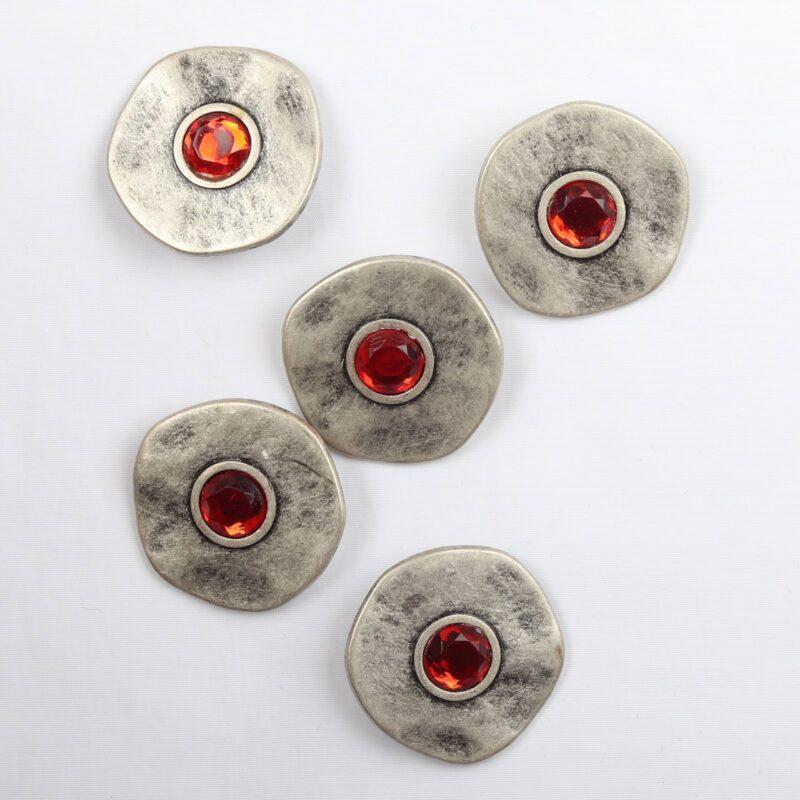 Metal m. rød sten, ø 28 mm -