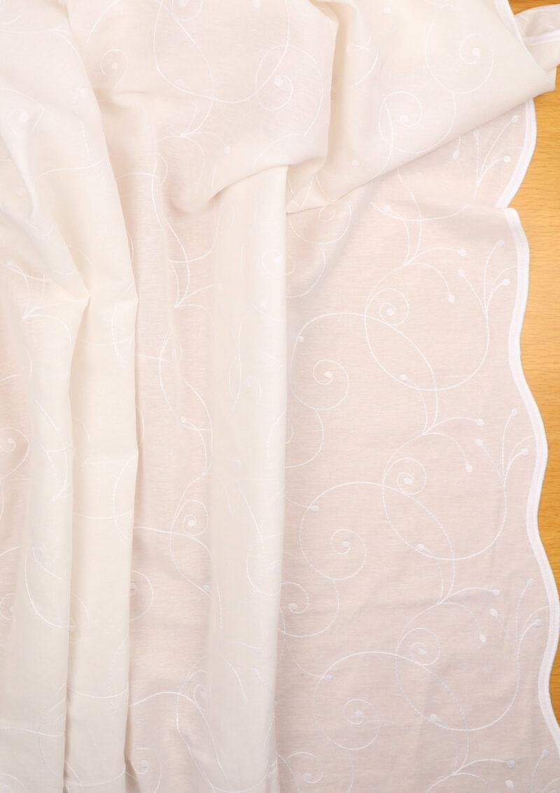 Hvid m. broderet mønster og tungekant langs ægkanter -