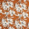 Hvide blomster på karamelfarvet bund - Viskose, hør -