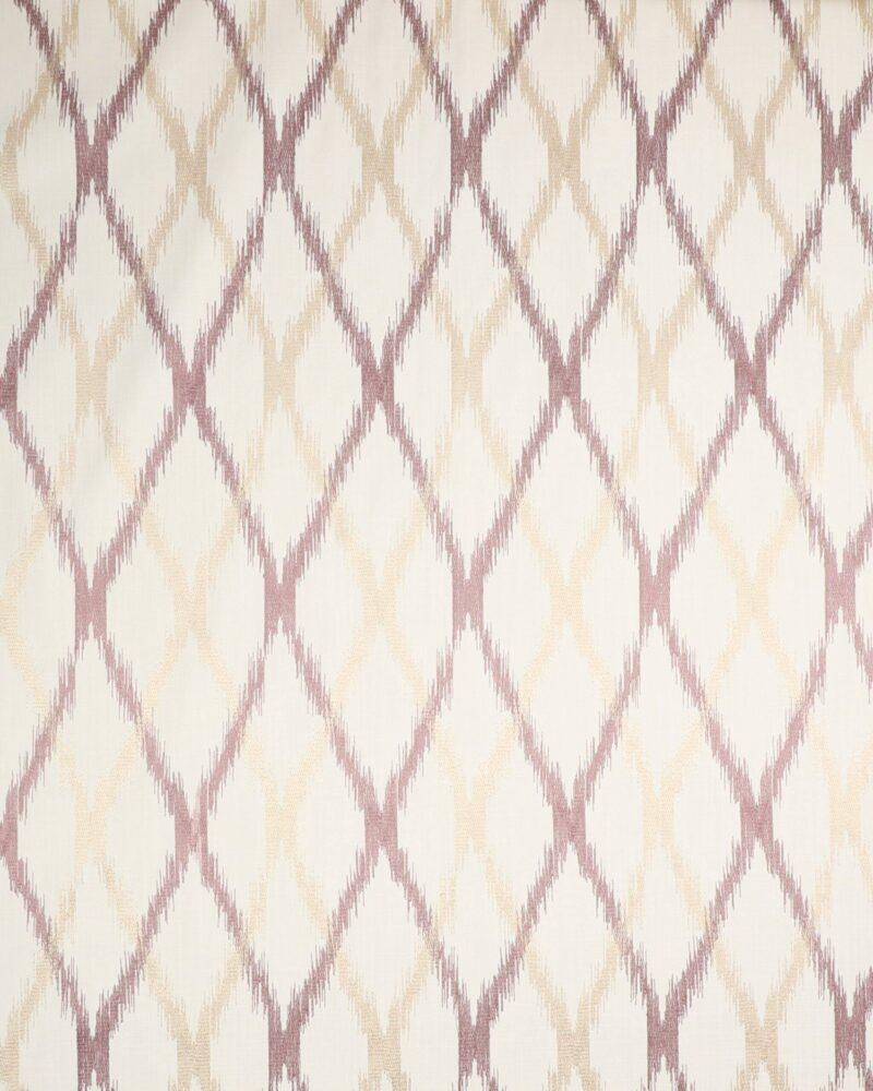 Broderet mønster på flødefarvet bund -