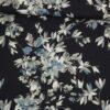 Blå/grå blomster på mørkeblå bund - Viskose - Info mangler